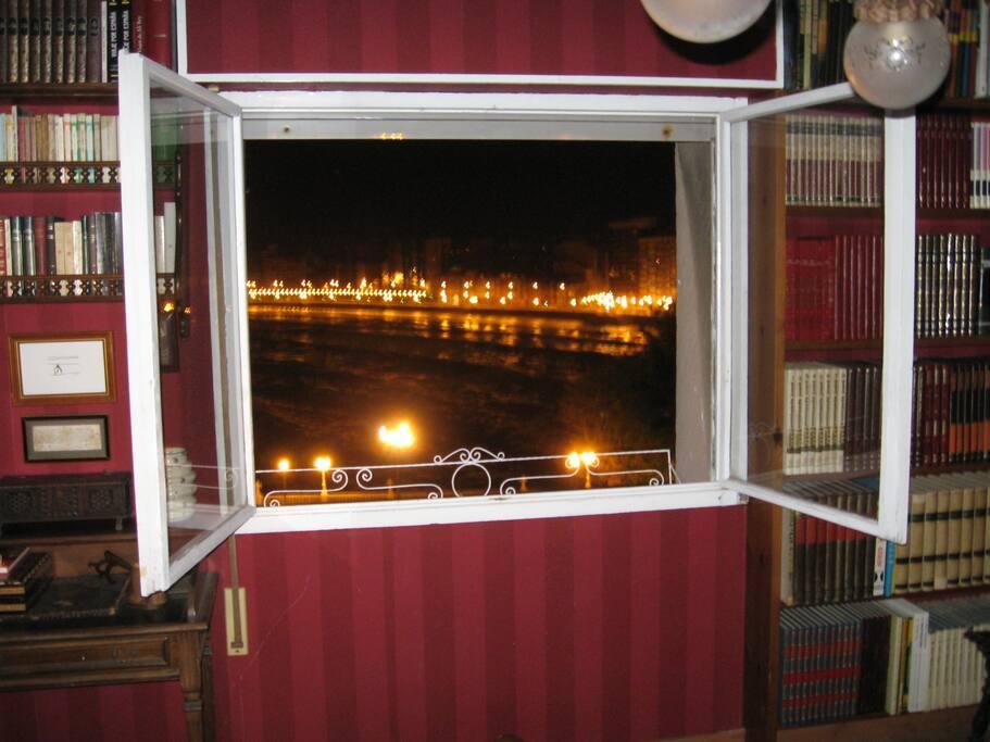 Vista nocturna desde la habitación con la playa de San Lorenzo iluminada