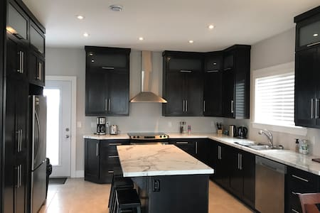 Gorgeous New 3-Bdrm House Near Airport & Downtown