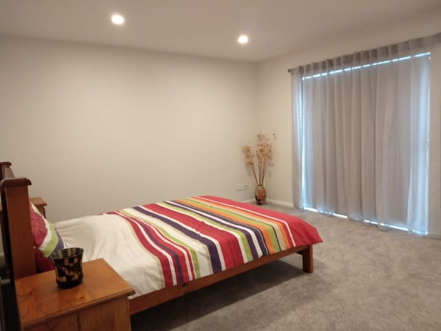 Large Sunny Bedroom - Ideal location.