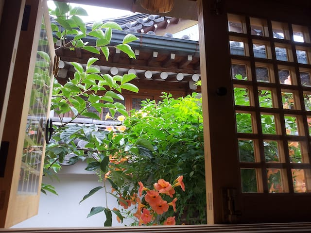 HANOK VILLAGE,OWN BED & LIVING ROOM