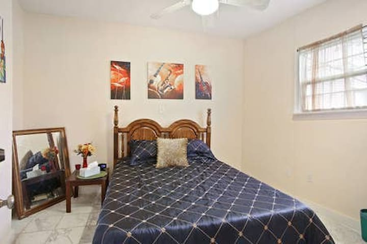 Lagniappe Room - 1.3 miles from French Quarter