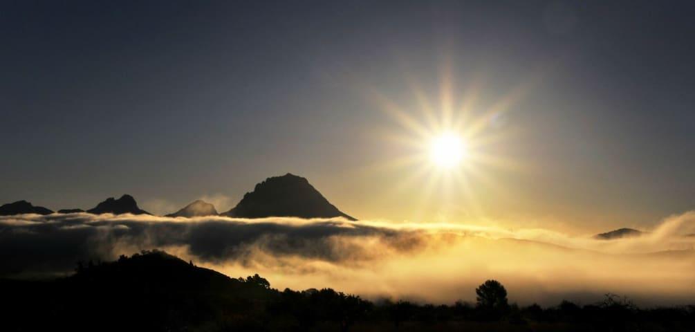 De finca ligt in een gebied met rondom bergen - Relleu