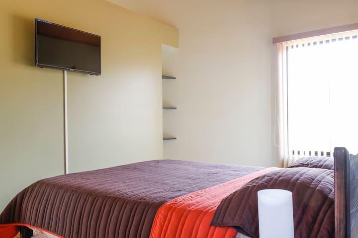 Dormitorio amplio y con muy buena iluminación natural. Cuenta además con abanico de pie y TV por cable.
