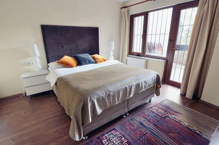 Bedroom with double bed, access to garden - lower level