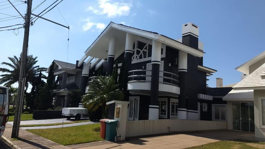Casa alto padrão em condomínio fechado, 4 suítes.