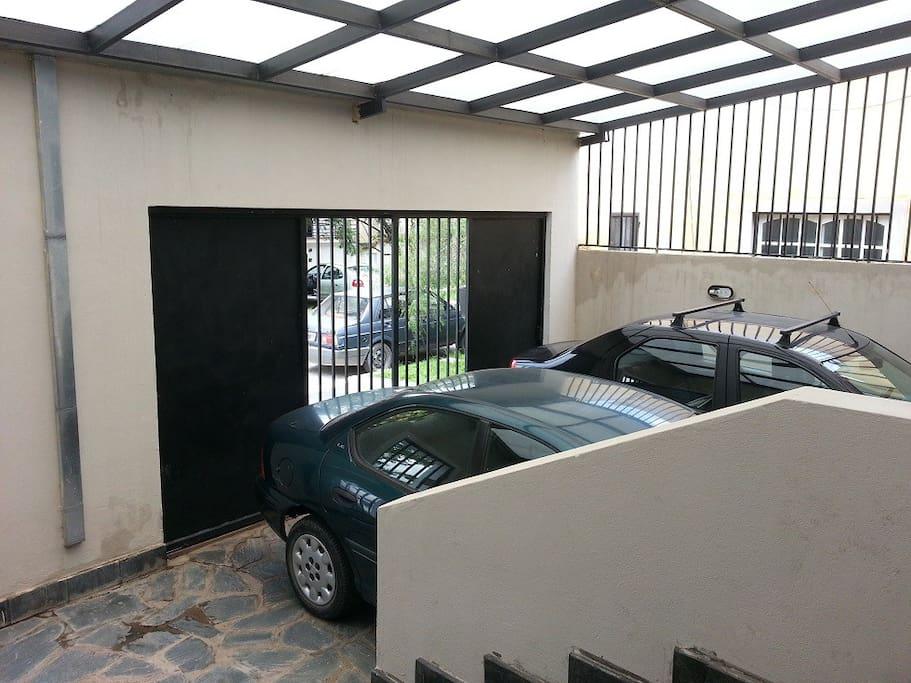 Garage cubierto para 02 vehiculos con techo cubierto y portones