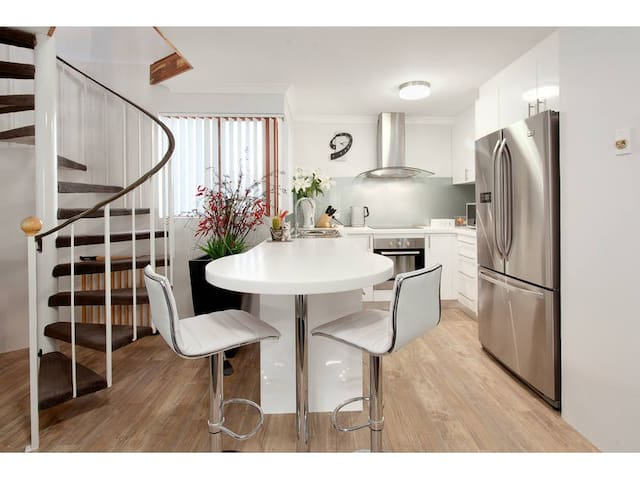 ♥ 4 BR Apartment in East Perth No Cleaning Fee ♥