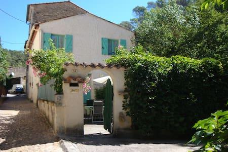 Sydfrankrig. Hus med privat have ned til flod.