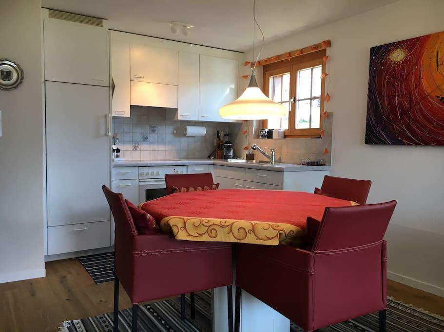 Komfortabler Essplatz und bestens ausgestattete Küche