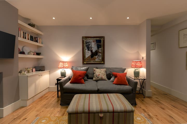 Lovely 1 Bedroom Home in Chelsea, 3 guests!