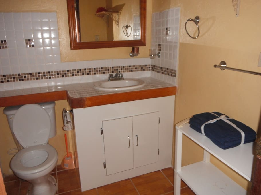 Clean, Fully Tiled Bathroom w/built-in tiled Bench