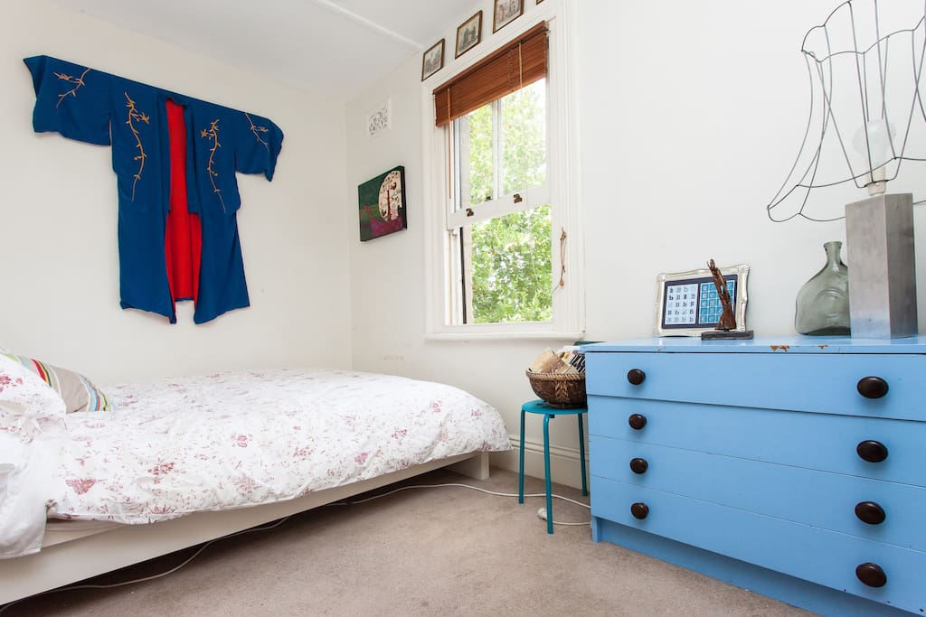Comfy double bed in sunny terrace house right near public transport