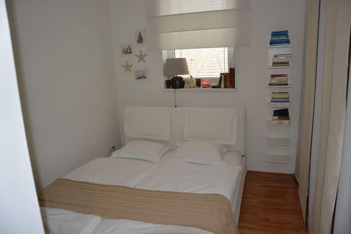 Schlafzimmer mit einem 1,60 breiten Bett