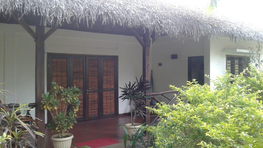 chambres à louer dans petite maison  ( LOKOBE)