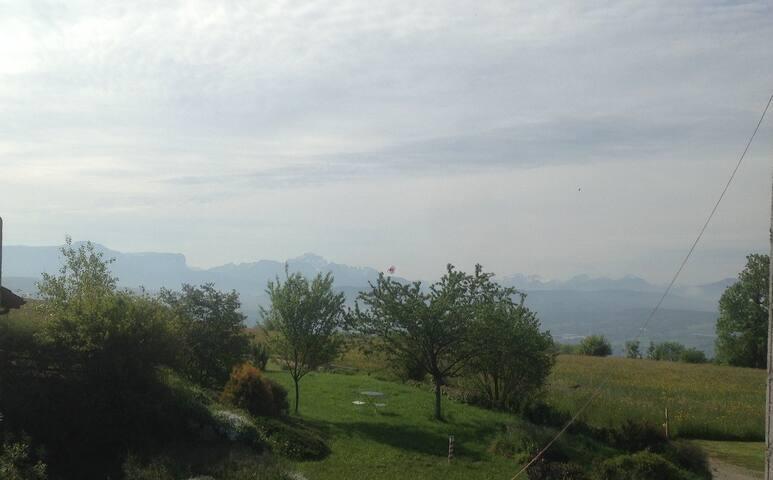 Chambres et terrasse vue Alpes accès Genève Annecy