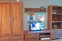 Blick vom Bett und Essbereich auf TV