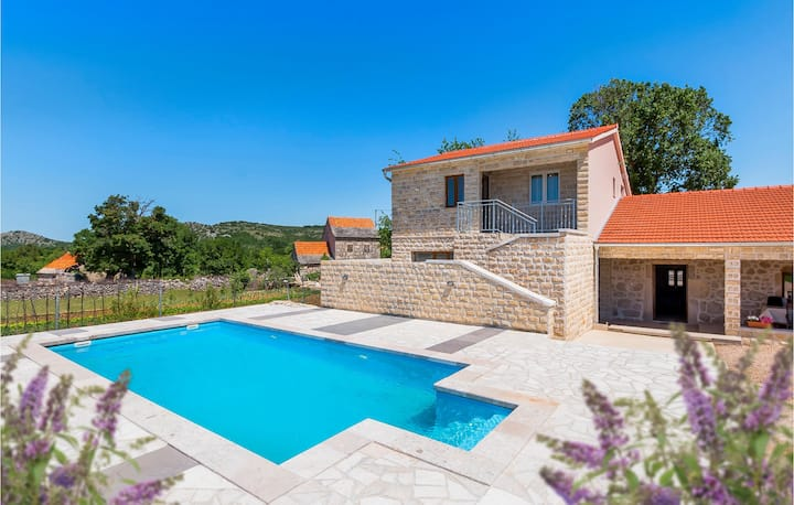 Holiday cottage with 3 bedrooms on 190m² in Unesic