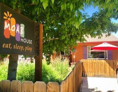 A Moab House-Casa del Canyon. A Downtown Retreat