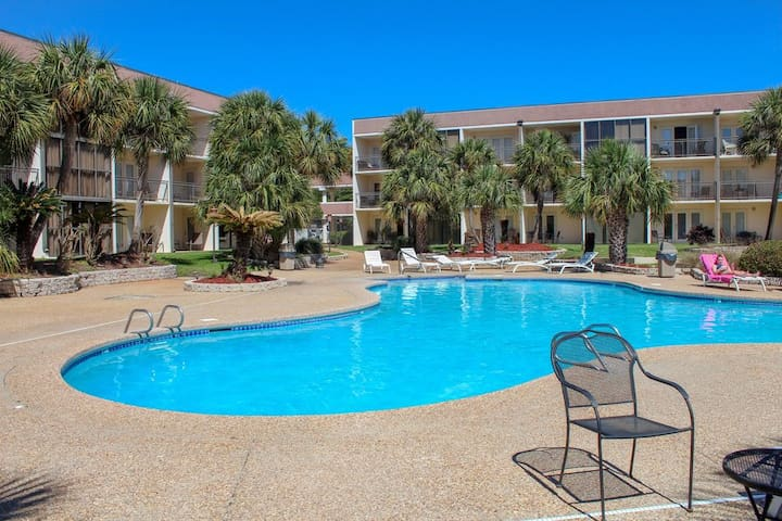 Poolside, across from beach, 2 bedroom/2 bath