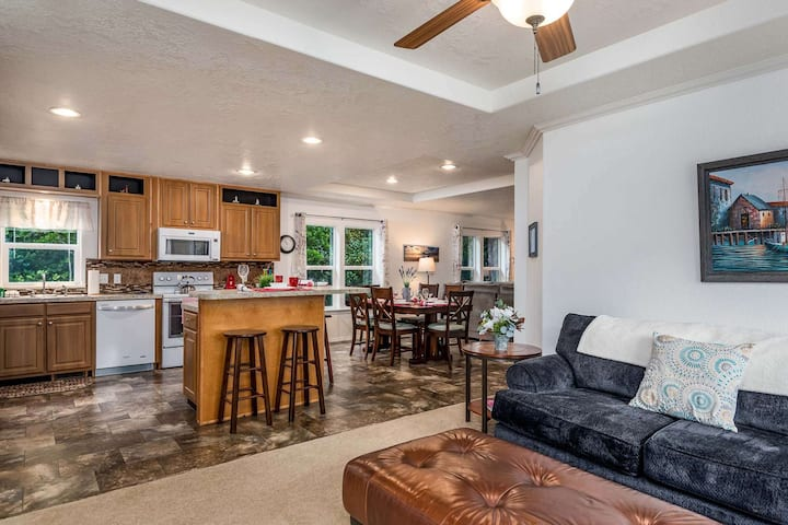 NEWLY LISTED! Cozy Remodeled Heceta Beach Cottage walking distance to Beach, and Restaurants.