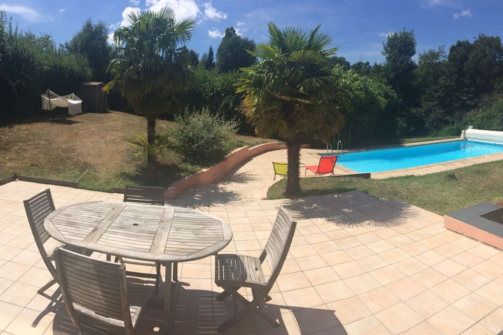 Vue sur terrasse, jardin et piscine