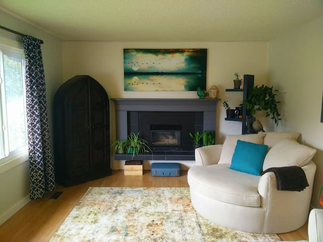 Room w/ Private Ensuite in a Healthy, Humble Home - Revelstoke
