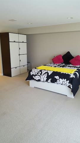 Bright Queen Bedroom with Ensuite - Ottawa