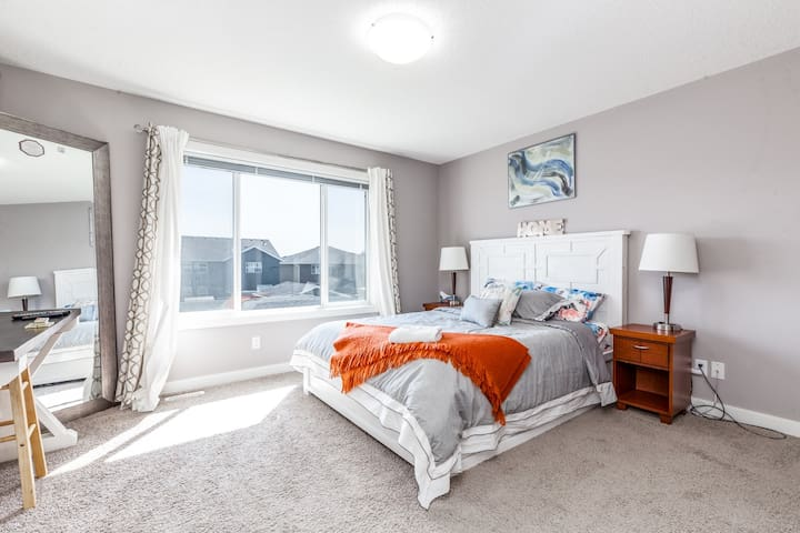 ❤RELAXING HOME wth KING BED, NEAR CALGARY AIRPORT❤