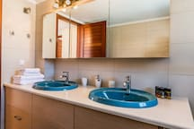 Main bathroom with bathtube