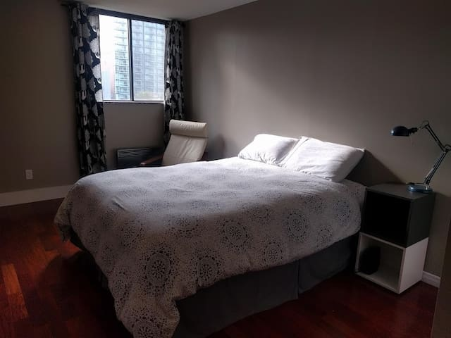 Private room with ensuite bath at Byward Market