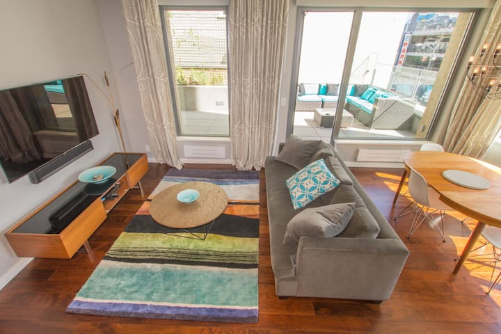 Victoria Modernity-Spacious Suite with Amazing Patio Area, AC, Rooftop Deck