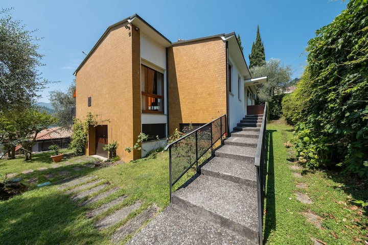 Detached villa with garden a short distance from the lake