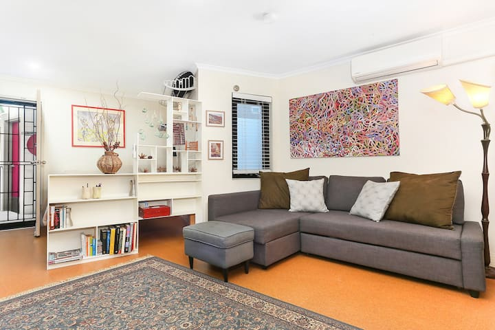 Vibrant Newtown Studio, Ideal Summer Rooftop