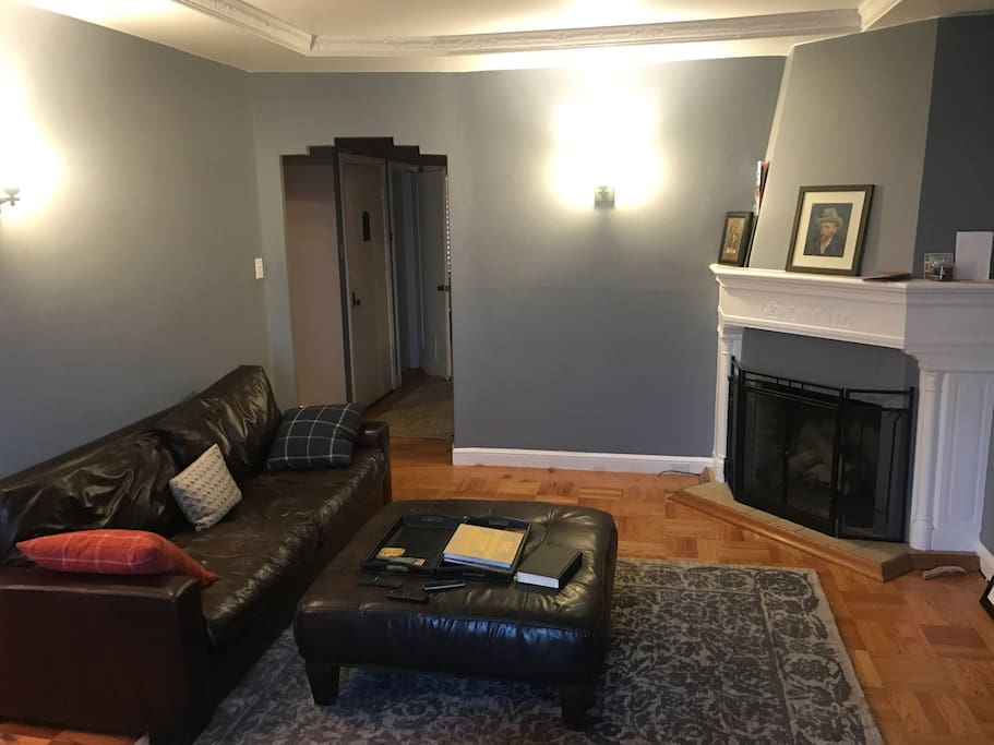 Beautiful Entryway & Living Room w Decorative Fireplace