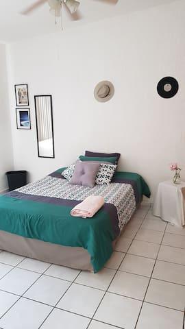 Habitación privada cama matrimonial closet amplio.