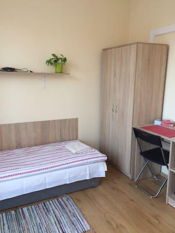2 osobowy z balkonem ,nr 5,piętro,wspólna łazienka - Katowice - Casa
