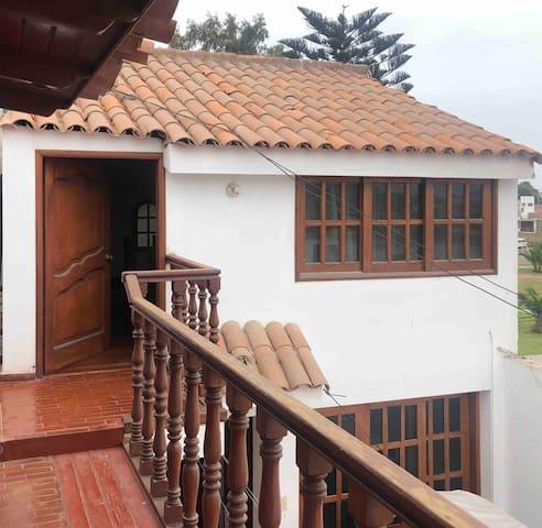 Habitación grande Privada con baño, cuarto piso.