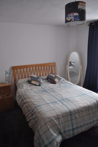 Florence's, spacious double bedroom in family home - Newlyn