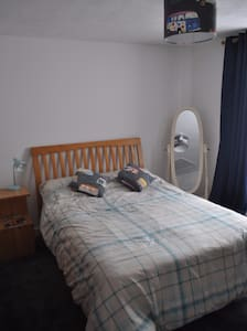 Florence's, spacious double bedroom in family home - Newlyn - Hus