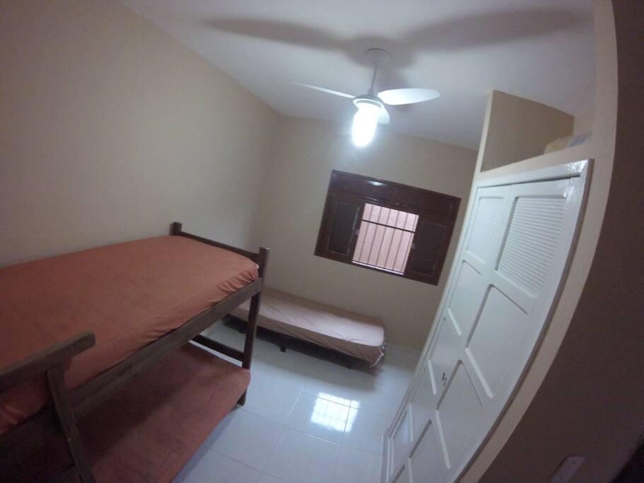 Quarto 1 - 1 Beliche e 1 cama de Solteiro - Guarda Roupa Embutido