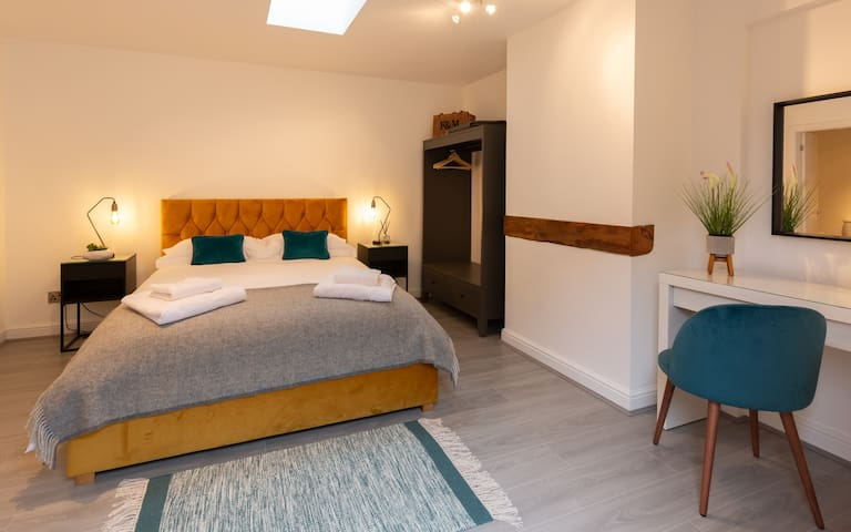 'The Smock' bedroom with kingsize bed, dressing table and en-suite shower room