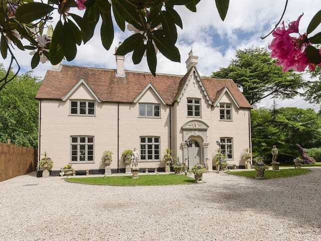 Victorian Manor House in the Chilterns sleeps 25