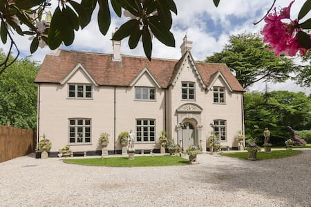 Victorian Manor in the Chilterns sleeps up to 28