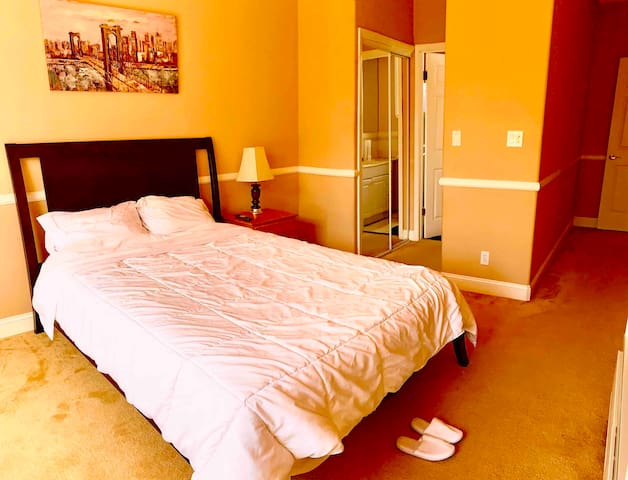 ★Upscale Golden Gate Getaway★ Master bed/bath room