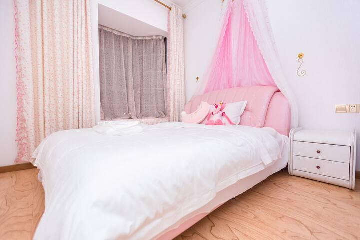 粉色的房间还有床上放的粉红豹,很公主的感觉得