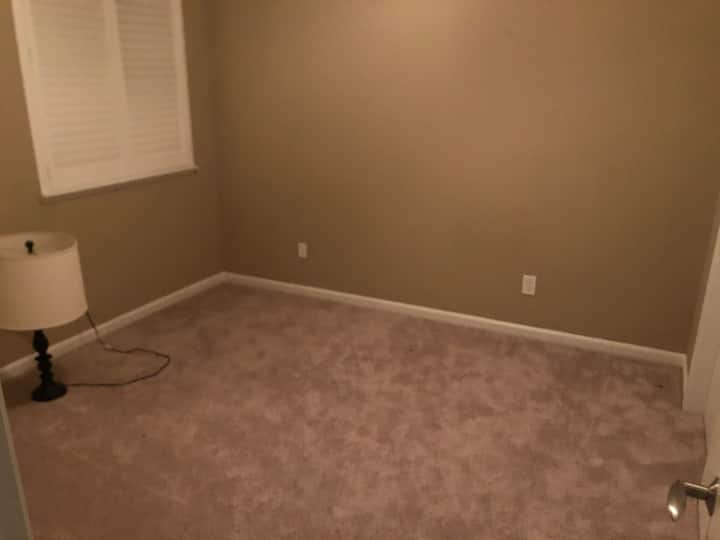 Private Empty room in artist house pet friendly