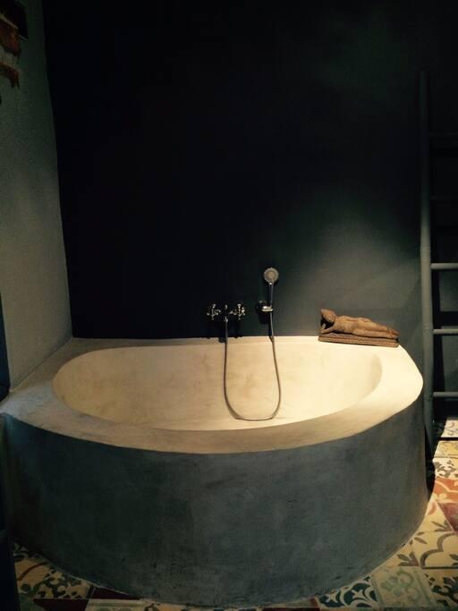 Bedroom 1 bathtub