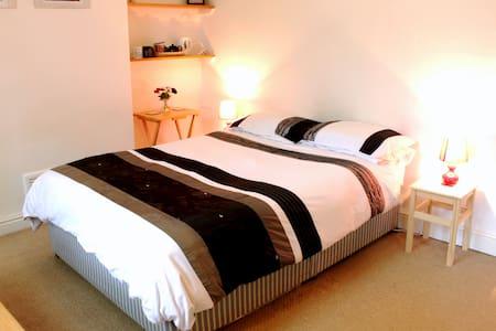 Lovely private room in popular Sherwood.