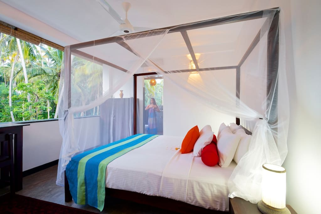 Kingsize bed and jungle views.