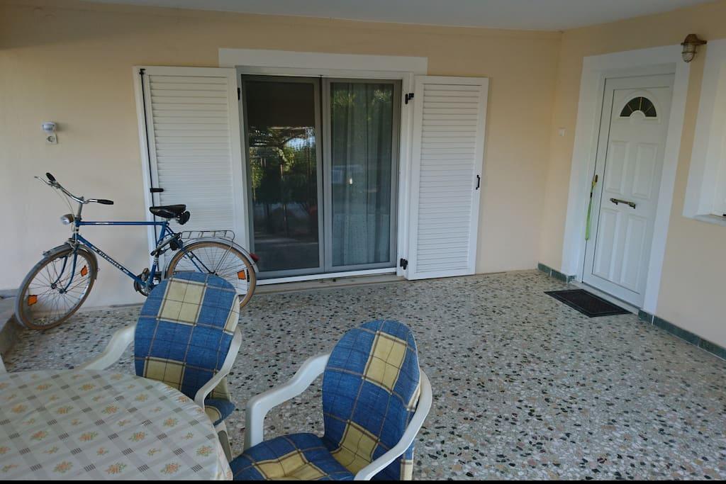 Eingang zur Gästewohnung mit Terrasse